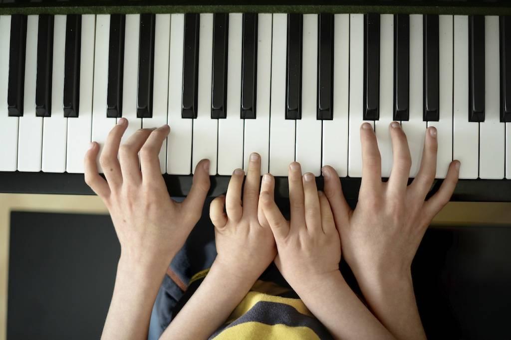 Преимущества игры на пианино для детей и взрослых